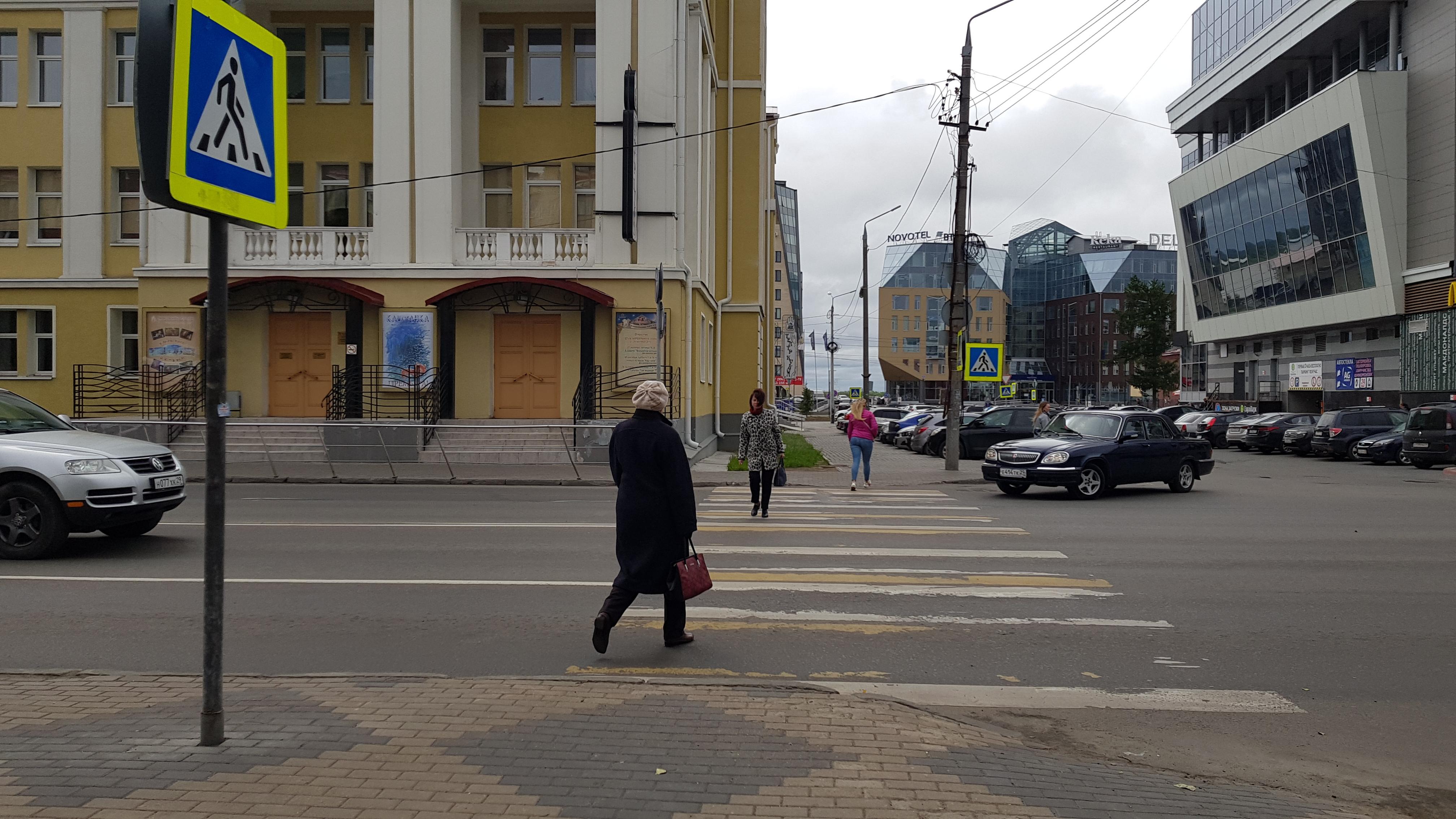 В Архангельске убирают пешеходные переходы